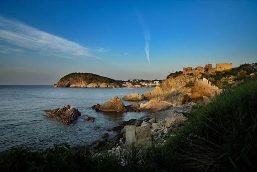Ruines del castell medieval de Sant Esteve de Mar i punta de Sant Esteve, al fons el cap Gros. GR 92.Costa Brava.Palamós, Baix Empordà, Girona