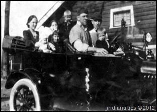 John Niehaus with his children, Charlotte, Robert and Frank.  Kleinsmith and other Niehaus family members also appear in the 1919 photo.