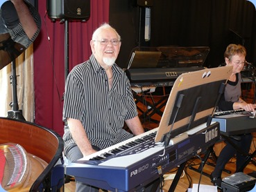 George Markwick preparing to play his Korg Pa800 for us. Photo courtesy of Dennis Lyons.