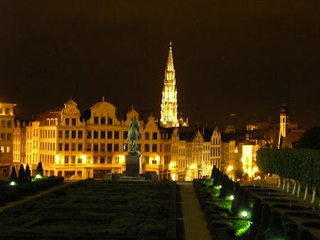 Obiective turistice Bruxelles: turnul Primariei noaptea