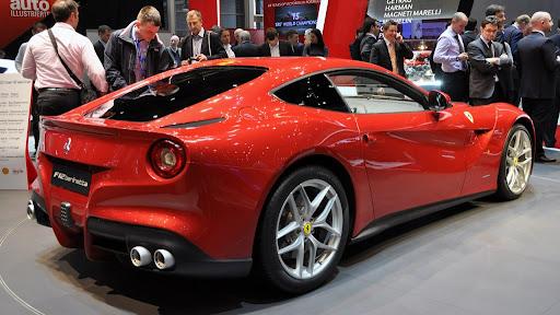 Cenevre'de Flaşlar 2013 Ferrari F12 Berlinetta İçin Patladı