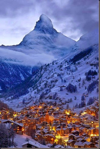 The-Matterhorn-towers-over-the-village-of-Zermatt-in-the-Swiss-alps
