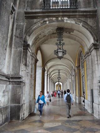 Arcades à La Praça do Comércio (Place du Commerce en français) à Lisbonne