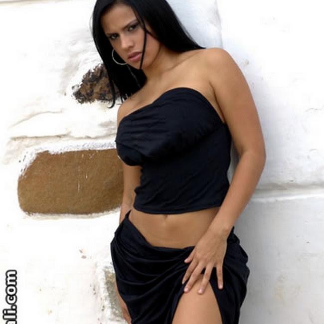 Andrea Rincon Vestido Negro Falda Foto 10