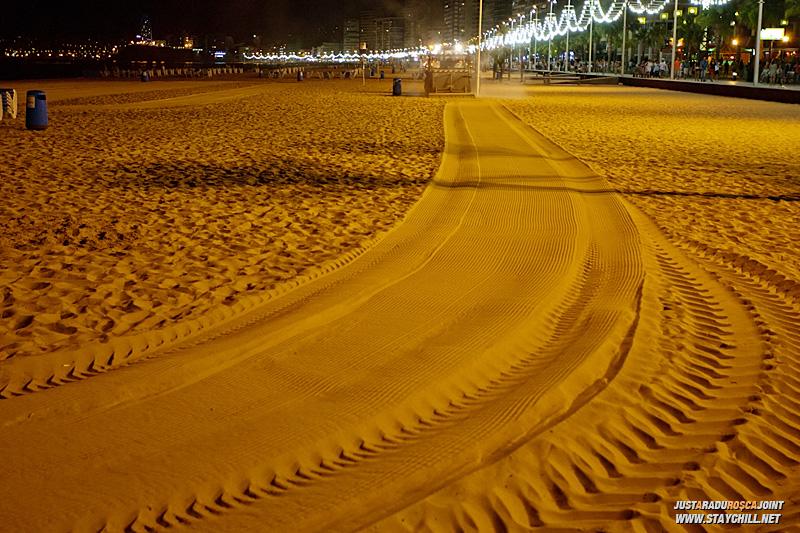 De pe la miezul noptii, tractoarele vin sa niveleze nisipul pentru ca turistii ce vin dimineata, sa gaseasca o plaja neteda.