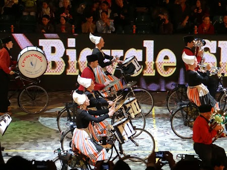 Parada Anul Nou Chinezesc: Olandeze cantand pe biciclete