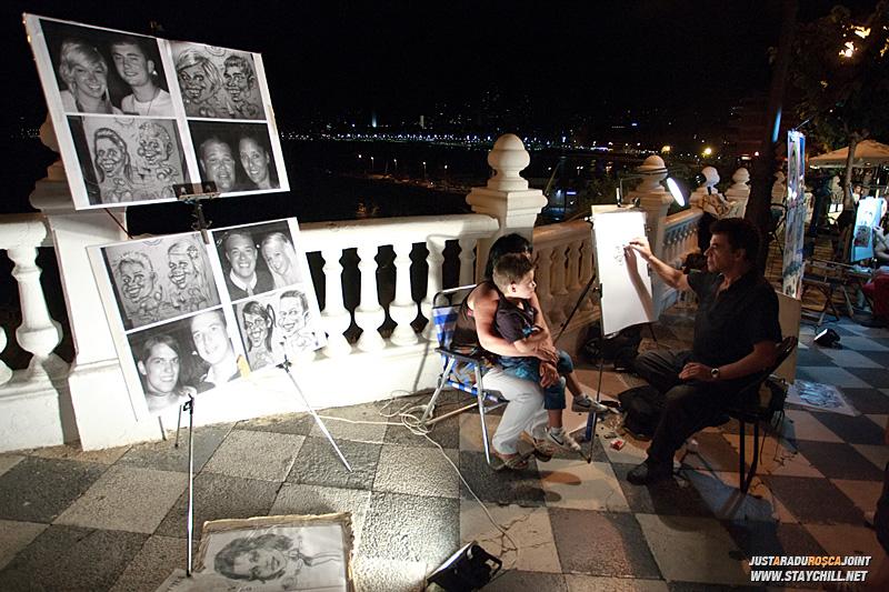 Artisti ambulanti realizeaza schite, portrete sau caricaturi pentru 20 de euro
