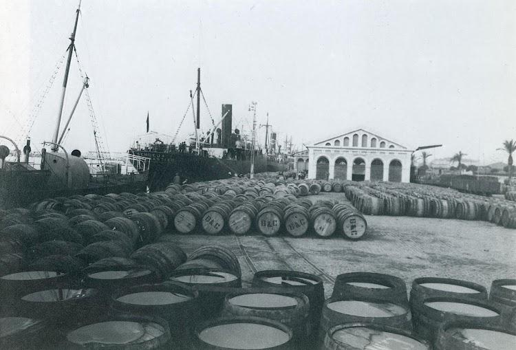 El vapor SENDEJA en Tarragona. Foto del libro Archivo del Puerto de Tarragona.JPG