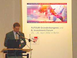 """Steve Riedel während seines Vortrags """"Markteinstieg USA"""" auf dem FUTOUR-Gründerkongress"""