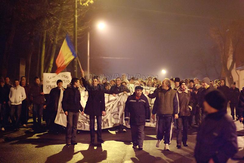 Protestatari se îndreaptă spre sediul SMURD din municipiul Tîrgu Mureș, cu ocazia unui miting de prostest împotriva noii legi a sănătății, joi 12 ianuarie 2012.