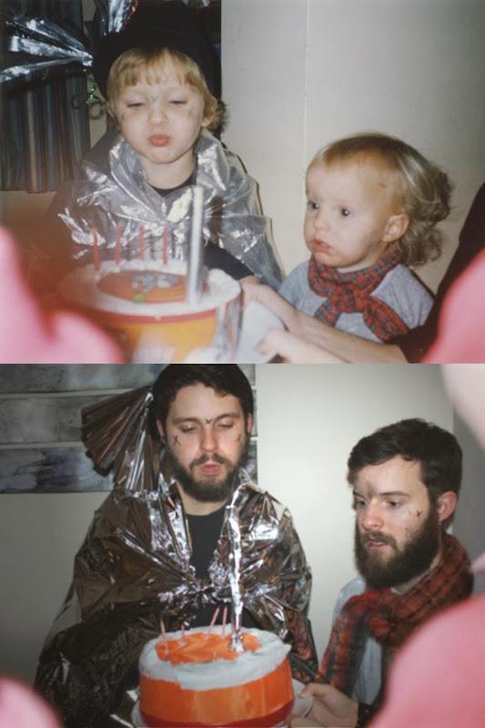 dinfo.gr - Δυο αδέρφια αναδημιουργούν με ξεκαρδιστικό τρόπο παλιές τους φωτογραφίες!