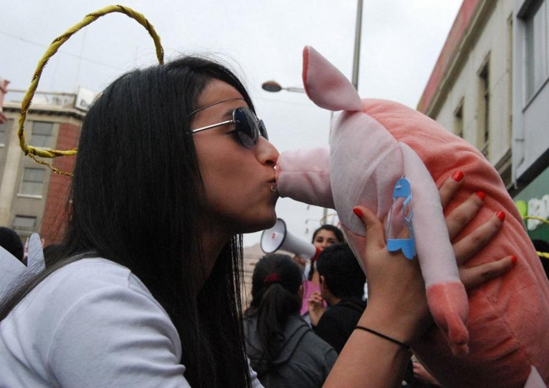 kissing-protest-8