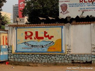 Devant le siège de RLTV à Kinshasa. Radio Okapi/ Ph. John Bompengo