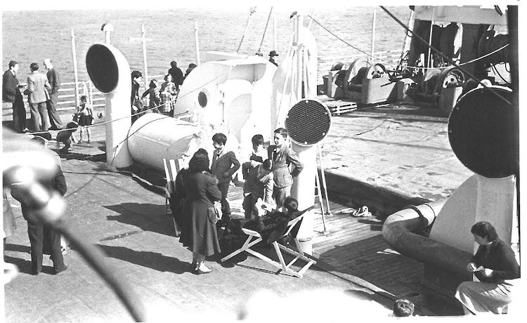 Emigrantes en la cubierta del CABO DE HORNOS.jpg