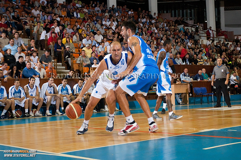 Catalin Burlacu (alb) incearca sa treaca de Virgil Stanescu, in meciul dintre CSU Asesoft Ploiesti si BC Mures Tirgu Mures din cadrul turneului amical Mures Cup, disputat joi, 8 septembrie 2011 in Sala Sporturilor din Tirgu Mures