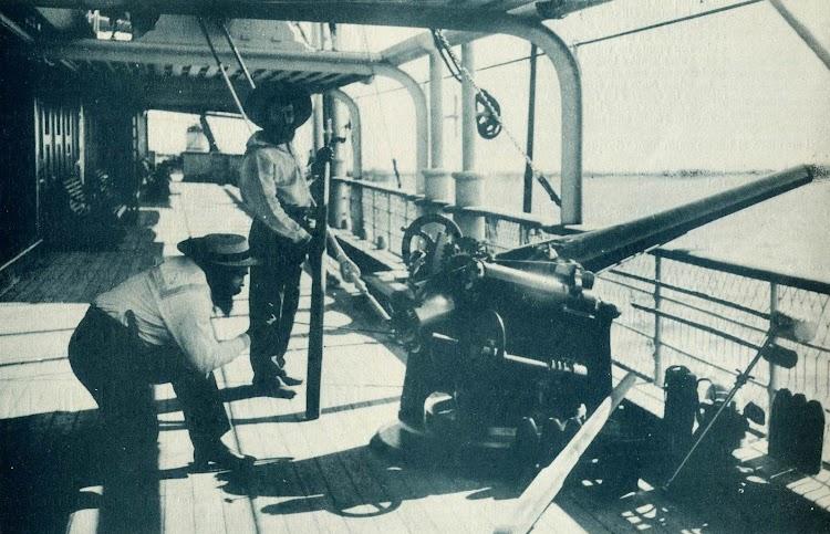 Vapor LEON XIII. Cubierta principal y cañon de 90 mm.De la revista EL MUNDO NAVAL ILUSTRADO.AÑO 1897.jpg