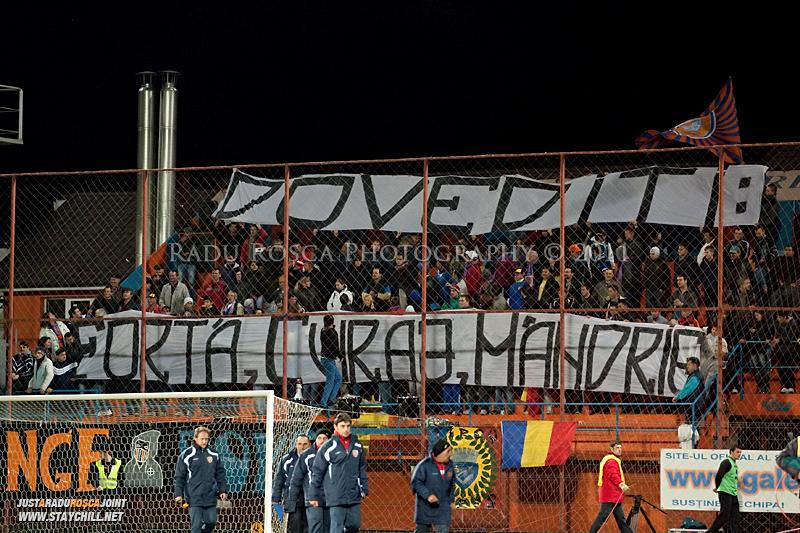 Suporterii mureseni afiseaza un mesaj inainte de startul meciului dintre FCM Tirgu Mures si FC Rapid Bucuresti din cadrul etapei a XIII-a a Ligii Profesioniste de Fotbal, disputat luni, 7 noiembrie 2011, pe stadionul Transil din Tirgu Mures.