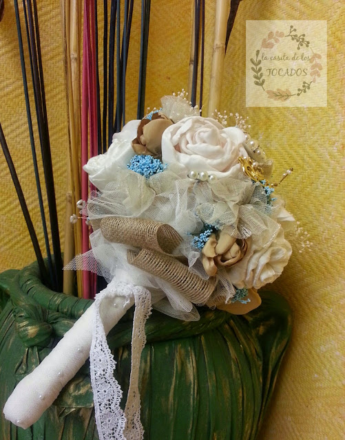 ramo de novia artesanal estilo bouquet en tonos marfil, beige, dorado y azul turquesa