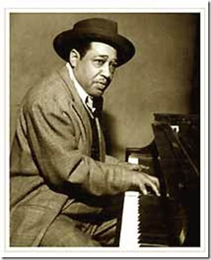 Duke Ellington al piano con cappello (b-n media)