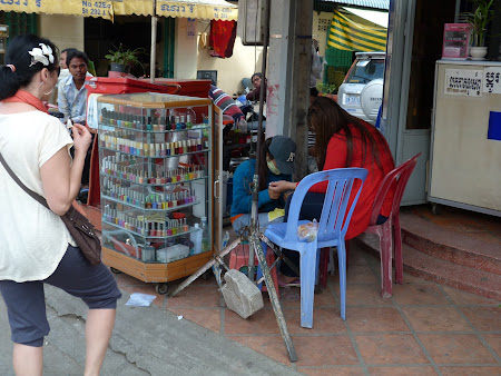 Manichiura la un colt de strada in Phnom Penh