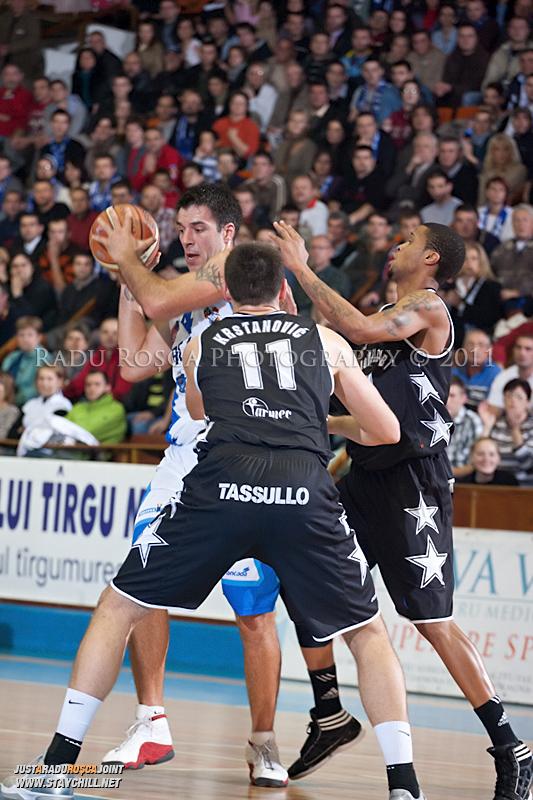 Virgil Stanescu se dueleaza cu Zoran Krstanovic si David Lawrence in timpul  partidei dintre BC Mures Tirgu Mures si U Mobitelco Cluj-Napoca din cadrul etapei a sasea la baschet masculin, disputat in data de 3 noiembrie 2011 in Sala Sporturilor din Tirgu Mures.