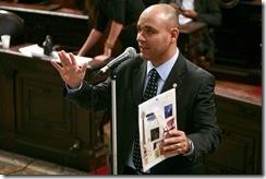 Deputado discursando no plenário da Alerj