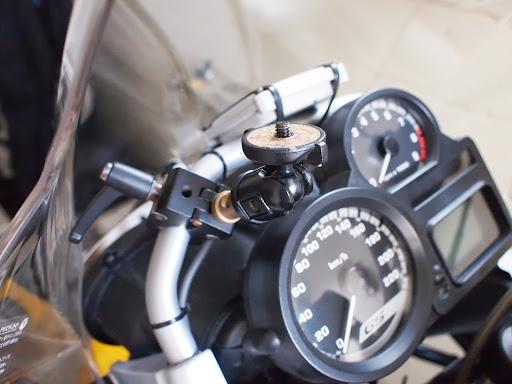 [写真]スクリーン内側に車載カメラ用クランプを設置したところ