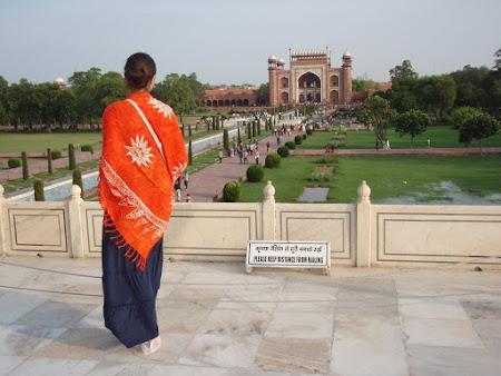 Obiective turistice Agra: Marea Poarta a complexului Taj Mahal - vedere spre gradini.JPG