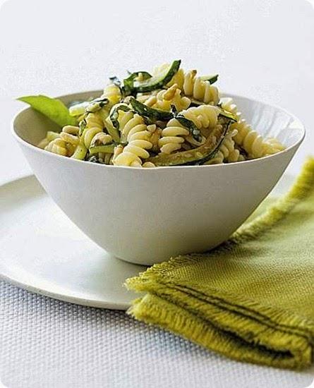 Eliche e zucchine al basilico e pinoli