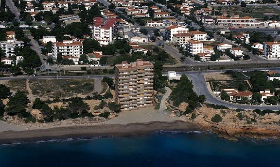 Edifici construït sobre la mateixa platja. Exemple de urbanisme de costa Miami Platja, Mont-roig, Baix Camp Tarragona 1997