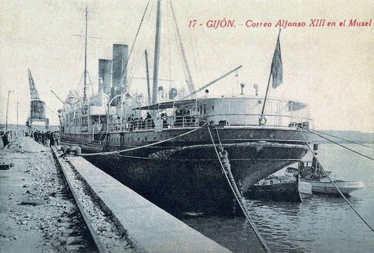 11-El ALFONSO XIII en El Musel. Foto del libro GIJON TRASATLANTICO..jpg