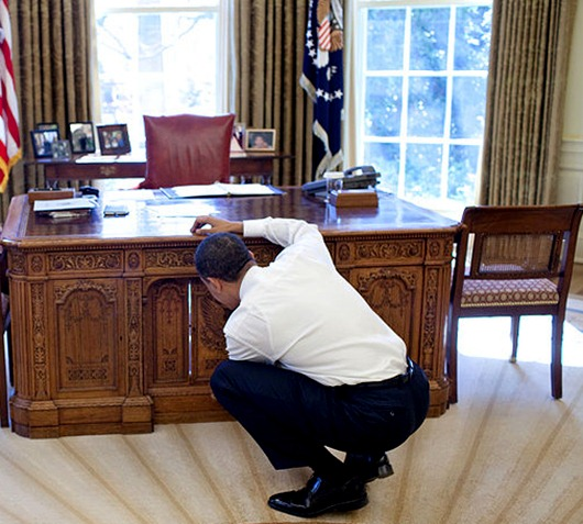 800px-Barack_Obama_with_Caroline_Kennedy_looking_at_Resolute_desk