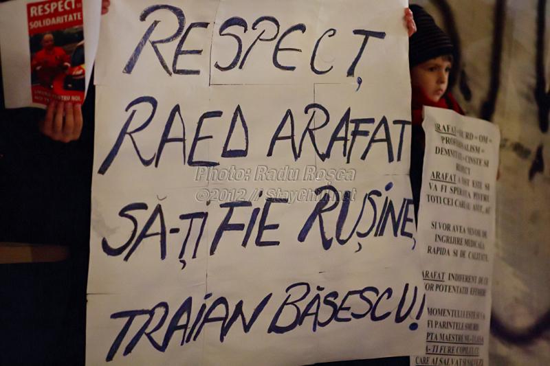 Un grup de protestatari afișează mesaje în centrul orașului Tîrgu Mureș cu ocazia unui miting spontan organizat impotriva noii legi a sănătații și pentru a-și arăta afecțiunea față de fostul subsecretar de stat în Ministerul Sămătății, doctorul Raed Arafat și a serviciului medical de urgență SMURD, joi 12 ianuarie 2011
