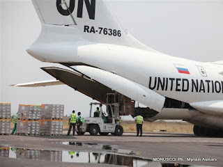 Un avion des la Monusco, avec des agents déchargent des kits électoraux à l'aéroport de N'djili (Kinshasa), le 16/09/2011. MONUSCO/ Ph.  Myriam Asmani