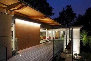 casa-fachada-madera-y-bambu