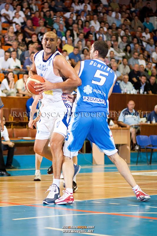 Catalin Burlacu (alb) incearca sa treaca de Liviu Dumitru, in meciul dintre CSU Asesoft Ploiesti si BC Mures Tirgu Mures din cadrul turneului amical Mures Cup, disputat joi, 8 septembrie 2011 in Sala Sporturilor din Tirgu Mures