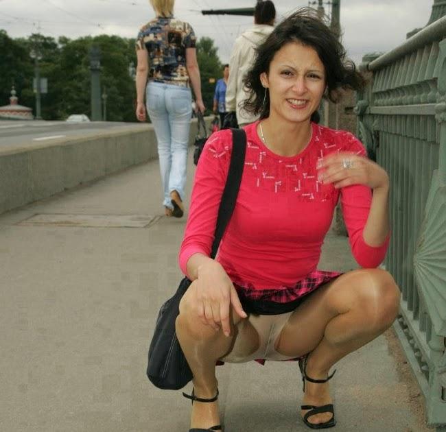 Бабы в прозрачных юбках без трусов на улице вот лето