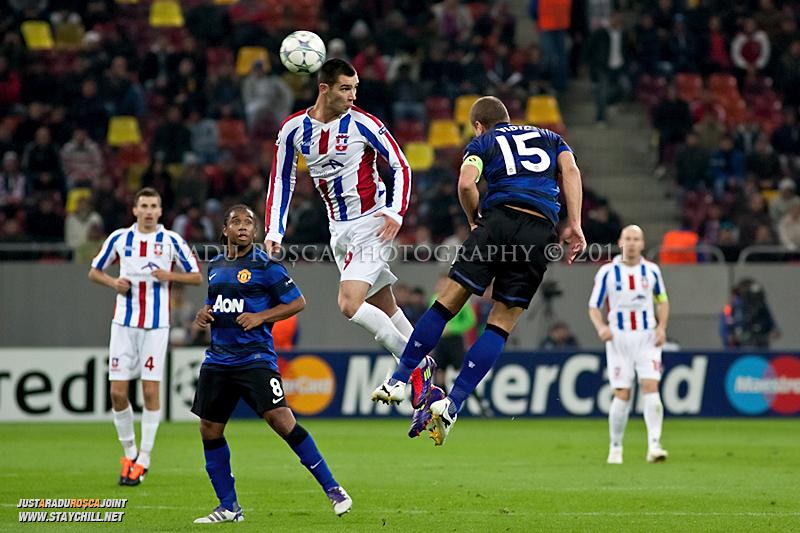 Nemanja Vidic respinge balonul cu capul din fata lui Bratislav Punosevac in timpul meciului dintre FC Otelul Galati si Manchester United din cadrul UEFA Champions League disputat marti, 18 octombrie 2011 pe Arena Nationala din Bucuresti.