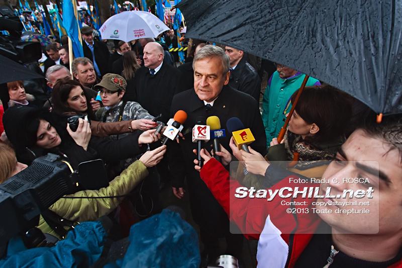 Tokes Laszlo, liderul Consiliului National al Maghiarilor ofera un interviu presei in timpul mitingului pentru autonomia Tinutului Secuiesc desfasurat duminica, 10 martie 2013 la Tirgu Mures.