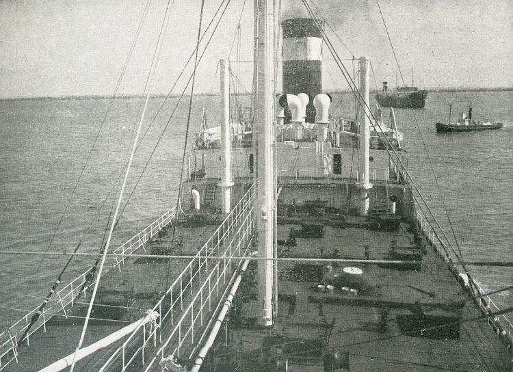 Vista hacia popa de la cubierta. Foto de la revista INGENIERIA NAVAL. Junio de 1932.jpg