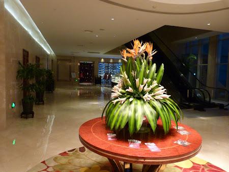 Flori in holul hotelului Crowne Plaza