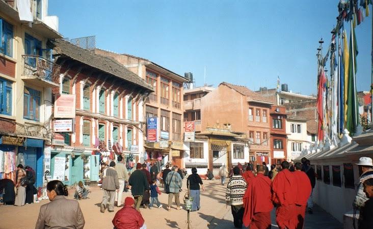 Imagini Nepal: pelerini spre stupa.jpg