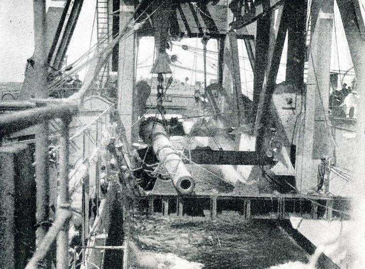 Maniobra de colocación de un cañón de 12 pulgadas sobre los calzos del KANGURO. Foto de la REVISTA GENERAL DE MARINA. Noviembre de 1924.JPG