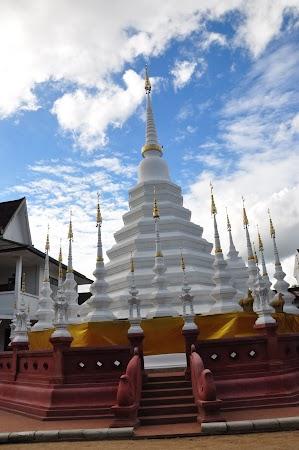 Imagini Thailanda: Pagoda alba din spatele templului Wat Pan Tao, Chiang Mai, Thailanda