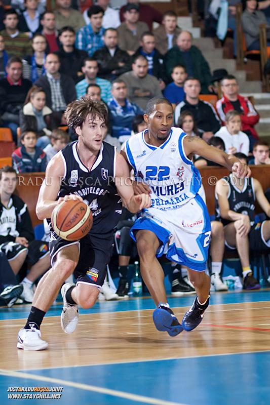 Tyler Morris incearca sa treaca de JuJUan Cooley in timpul  partidei dintre BC Mures Tirgu Mures si U Mobitelco Cluj-Napoca din cadrul etapei a sasea la baschet masculin, disputat in data de 3 noiembrie 2011 in Sala Sporturilor din Tirgu Mures.