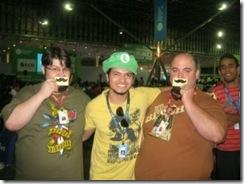 Jovem nerd tirando foto com Luigi e seu cartao genial