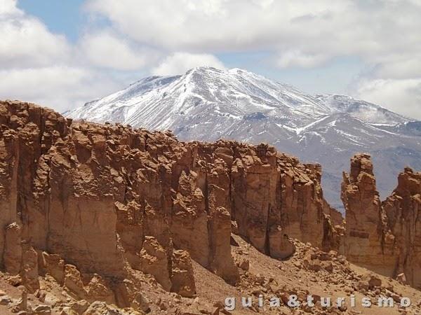 Catedral de Tara e vulcão