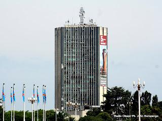 – Au centre, une vue  actuelle  du tour administratif de la radio télévision nationale congolaise (RTNC), situé dans la commune de Lingwala, à Kinshasa. Radio Okapi/ Ph. John Bompengo
