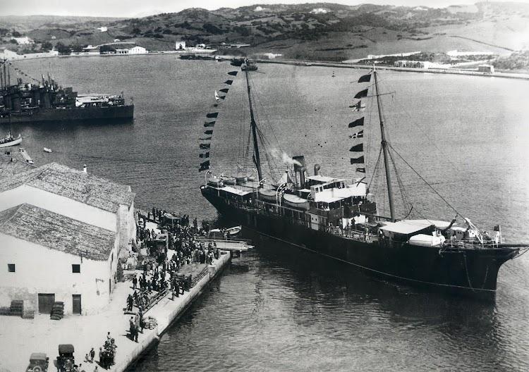 El BELLVER engalanado en el puerto de Mahon. Del libro MENORCA. RECORD D´UN TEMPS.JPG