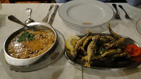 Peixes fritos e arroz de feijão